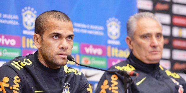 Tite perdeu Daniel Alves e terá que escolher um novo capitão para a Copa da
