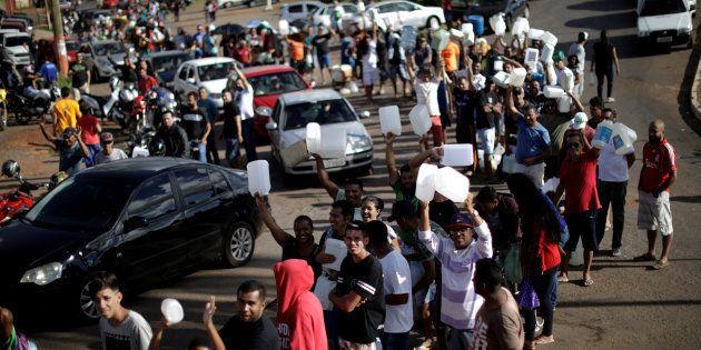 Greve de caminhoneiros leva motoristas a filas em postos de gasolinda, em busca de