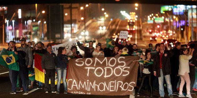 População se divide sobre apoio a greve de caminhoneiros, que dificuldade abastecimento de combustível...
