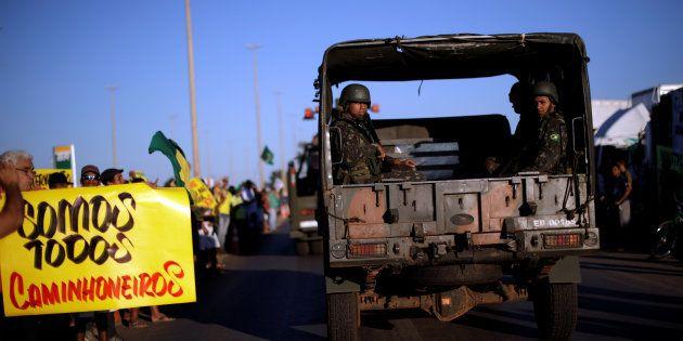 Forças Armadas passam por protesto de apoio aos caminhoneiros em Luziânia