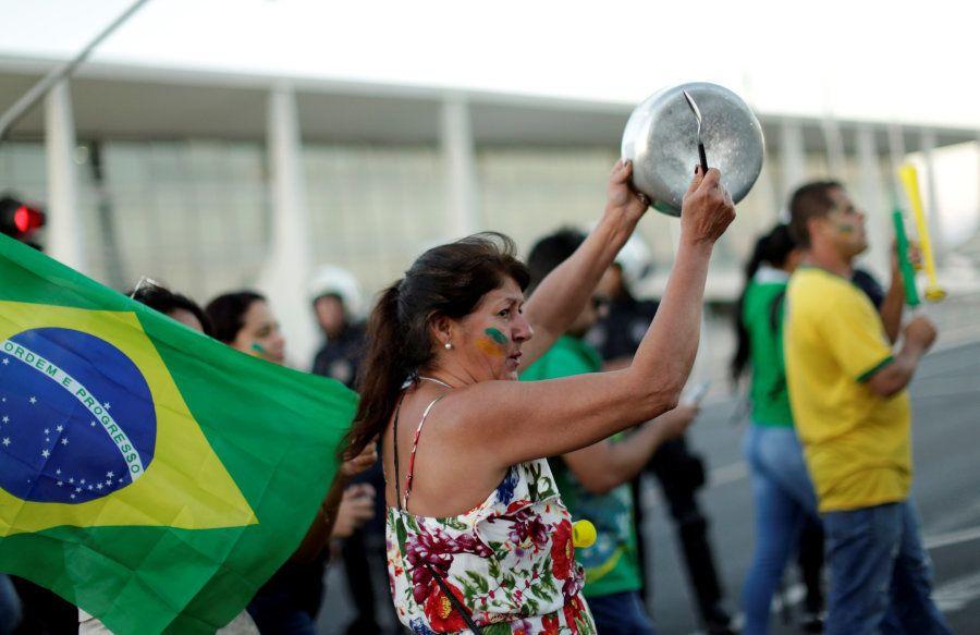 Manifestantes protestam contra o governo Temer, pedem a intervenção militar e em apoiam a greve dos