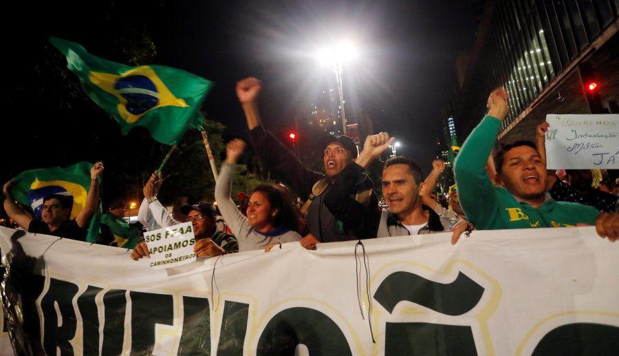 Em São Paulo, manifestantes protestam contra o governo Temer, pedem a intervenção militar e em apoiam...