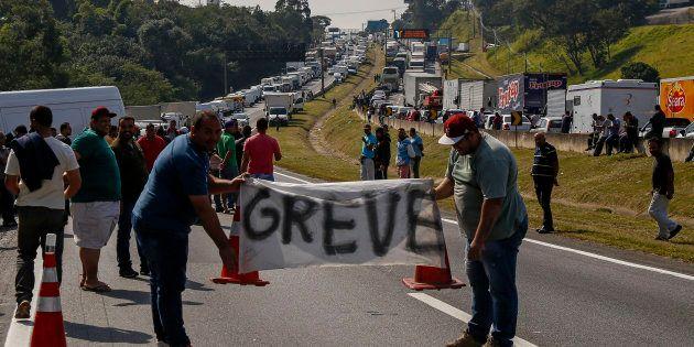 9º dia da greve dos caminhoneiros: Governo e Congresso discutem solução para compensar redução do preço...