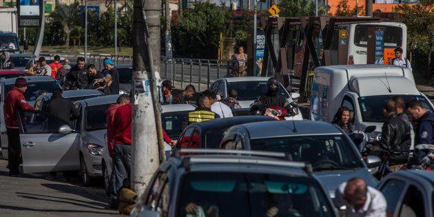 Motoristas e motociclistas formam fila para abastecer em posto de São Paulo, nesta terça-feira