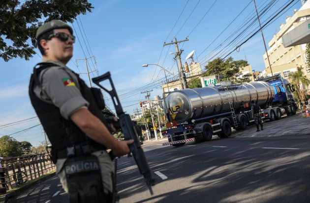 Polícia escolta chegada de caminhão-tanque a posto em Porto Alegre, nesta terça
