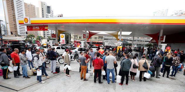 Governo prevê que preço do combustível deve cair nos postos a partir desta sexta-feira