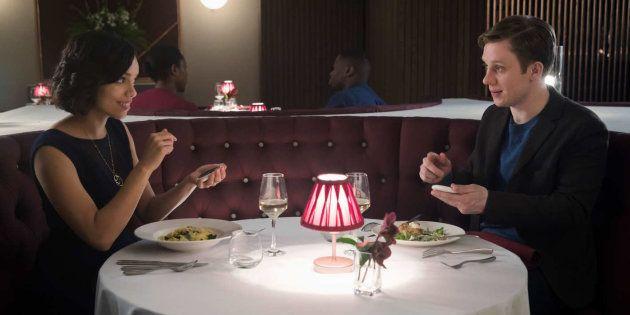 A série 'Black Mirror' trouxe episódio sobre relacionamentos mediados por