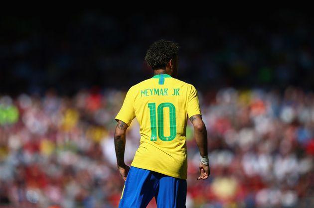Neymar subiu para os profissionais do Santos com a 7; passou para a 11 e, desde 2016 assumiu a 10, mais...