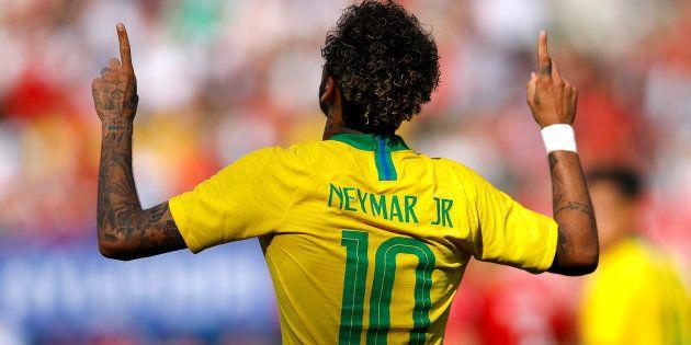 Neymar celebra seu 2º gol no amistoso contra