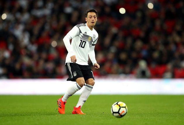 Özil já vestiu a 8 na seleção alemã, mas há um bom tempo mereceu a honra de ostentar o número 10 de seu