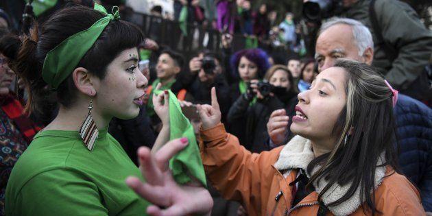 Manifestante a favor da descriminalização discute com ativista