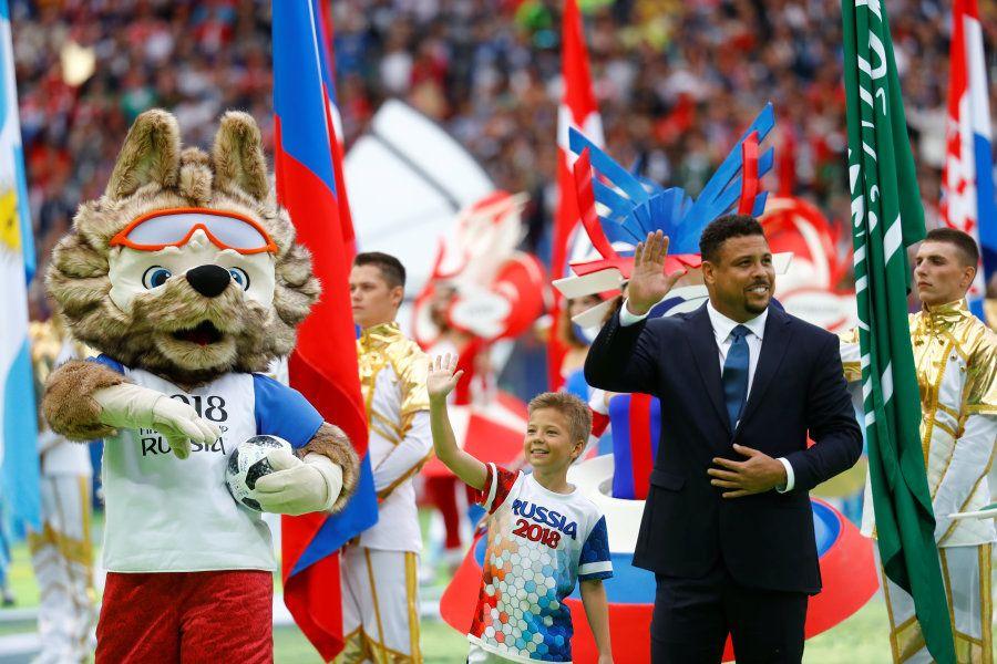Ronaldo e o mascote da Copa, Zabivaka, entraram juntos no gramado do Luzhniki Stadium, em