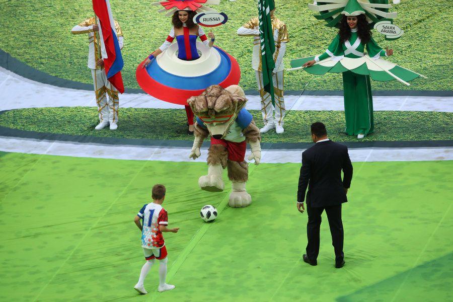 Ronaldo bate bola com um garotinho e com o mascote Zabivaka: matando a saudade da