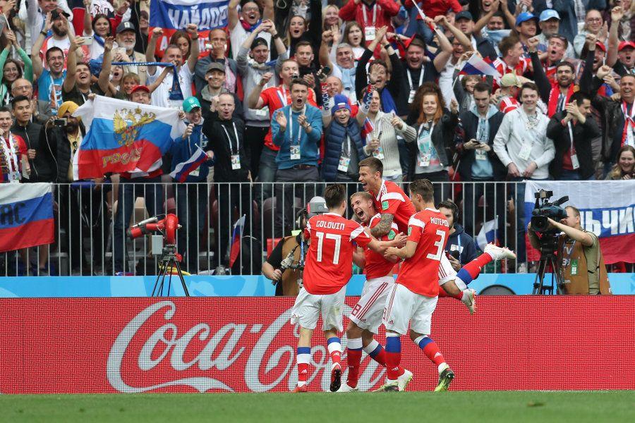 Iury Gazinsky comemora: russo marcou o primeiro gol da Copa e entrou para a
