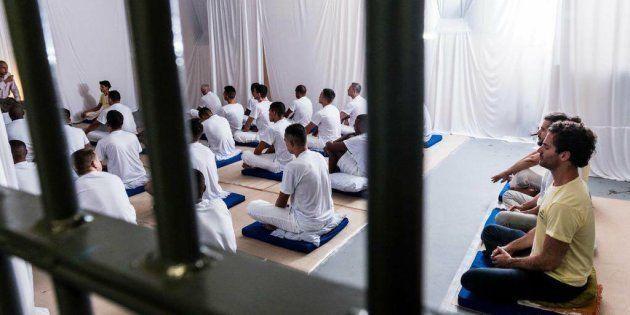 Detentos participam de aulas de meditação em Ribeirão das Neves