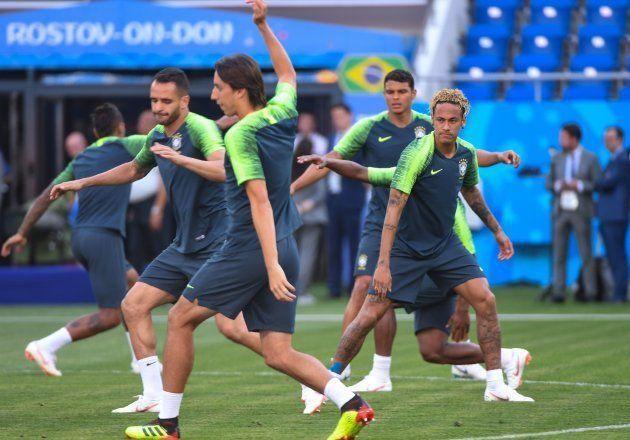 Jogadores da Seleção treinam um dia antes de entrarem em campo para a estreia contra a