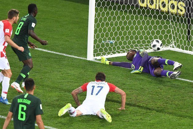 Nigeriano Oghenekaro Etebo (8) marcou contra o gol que decretou a vitória da Croácia neste