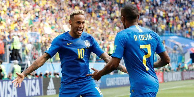 Neymar e Douglas Costa comemoram: Camisa 7 deu passe para o craque marcar o 2º