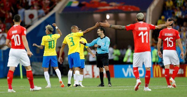 Jogadores brasileiros pedem para o árbitro observar lance em vídeo, mas são