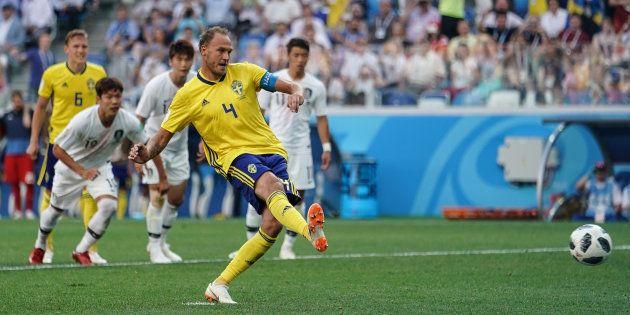 Jogador sueco cobra pênalti marcado com auxílio do VAR diante da Coreia do
