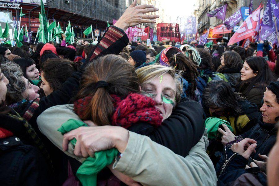 Manifestantes se abraçam após resultado positivo da Câmara dos Deputados na