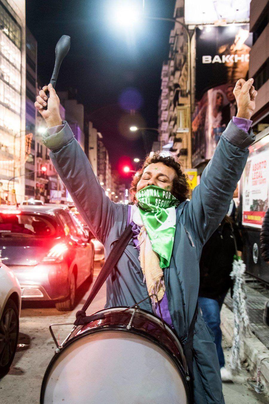 Manifestante usa um dos lenços verdes que se tornou símbolo de luto a favor do aborto na