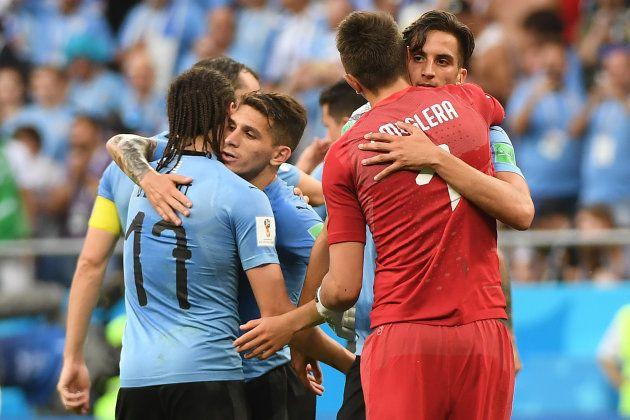 Jogadores uruguaios comemoram vaga antecipada nas oitavas de
