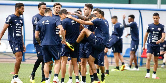 Jogadores da Costa Rica treinam em São Petersburgo na véspera de jogo com