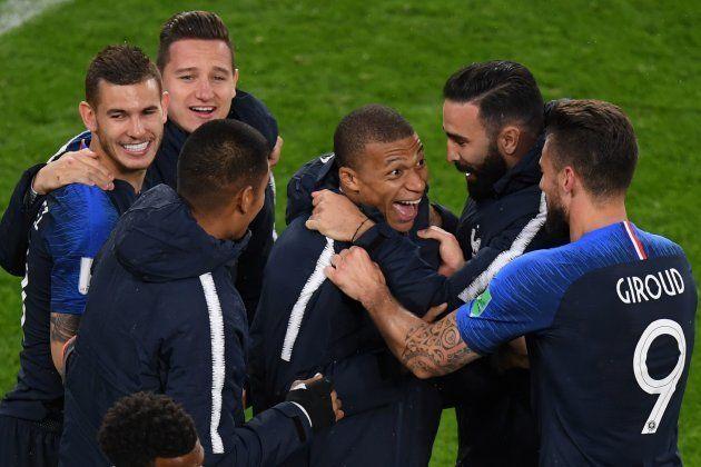Franceses fazem a festa após vitória sobre o Peru, que garantiu classificação às oitavas de