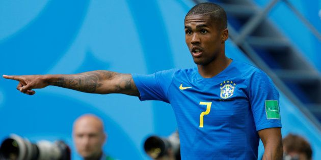 3925228a3efa3 Douglas Costa teve desempenho elogiado pela torcida brasileira no jogo  contra Costa