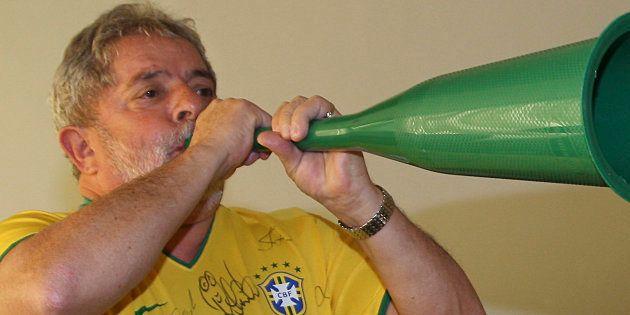 O então presidente Lula toca vuvuzela durante a Copa do Mundo de