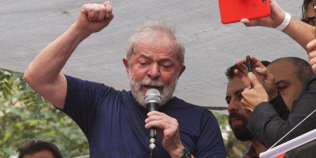 O ex-presidente Lula discursa em São Bernardo antes de se entregar à Polícia Federal, em