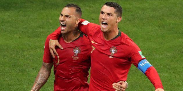 Cristiano Ronaldo comemora com Quaresma o primeiro gol de Portugal. CR7  perdeu pênalti no segundo 8f22a9d11aac1
