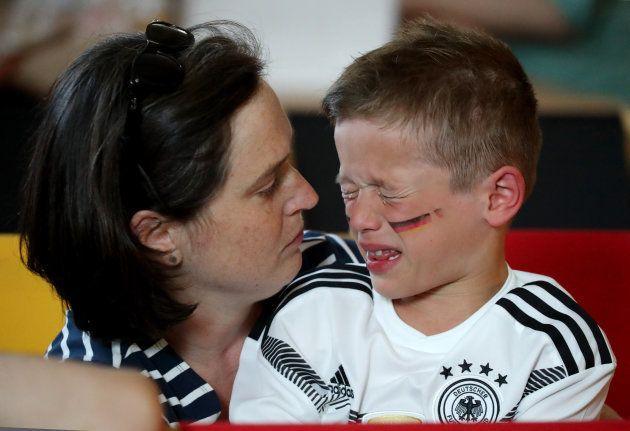 Criança chora de tristeza após eliminação surpreendente da