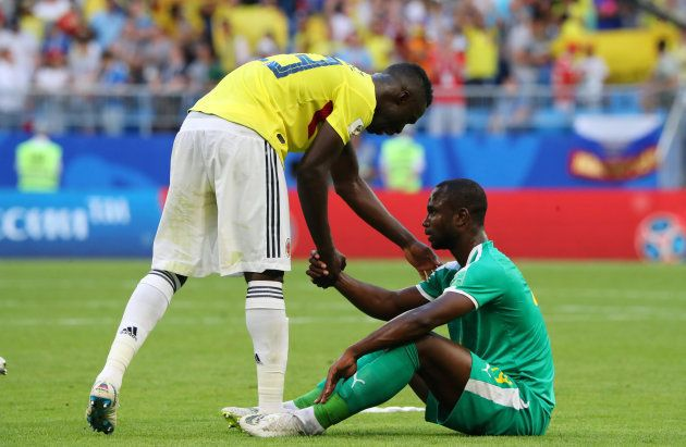 Jogador senegalês é consolado por rival colombiano: Derrota e adeus dos