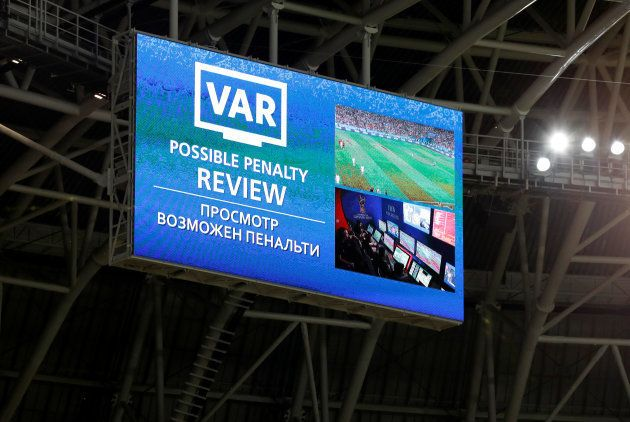 Placar do estádio anuncia revisão em lance de Portugal x
