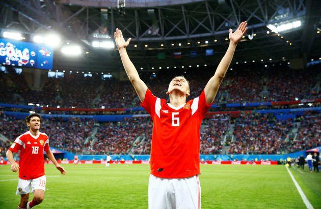 Russo marcou 3 gols nos 2 primeiros jogos da seleção na Copa. Contra o Uruguai, marcou contra o patrimônio,...