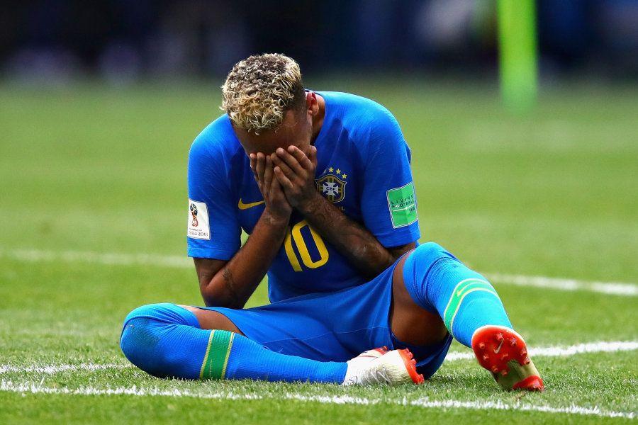 Neymar chora em campo após vitória do Brasil sobre a Costa Rica.
