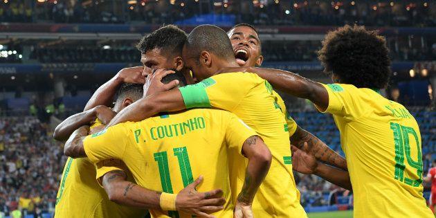 Seleção comemora vitória e classificação para as oitavas de final da Copa do