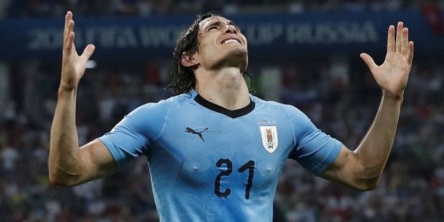 Cavani marcou os dois gols e classificou Uruguai no jogo contra