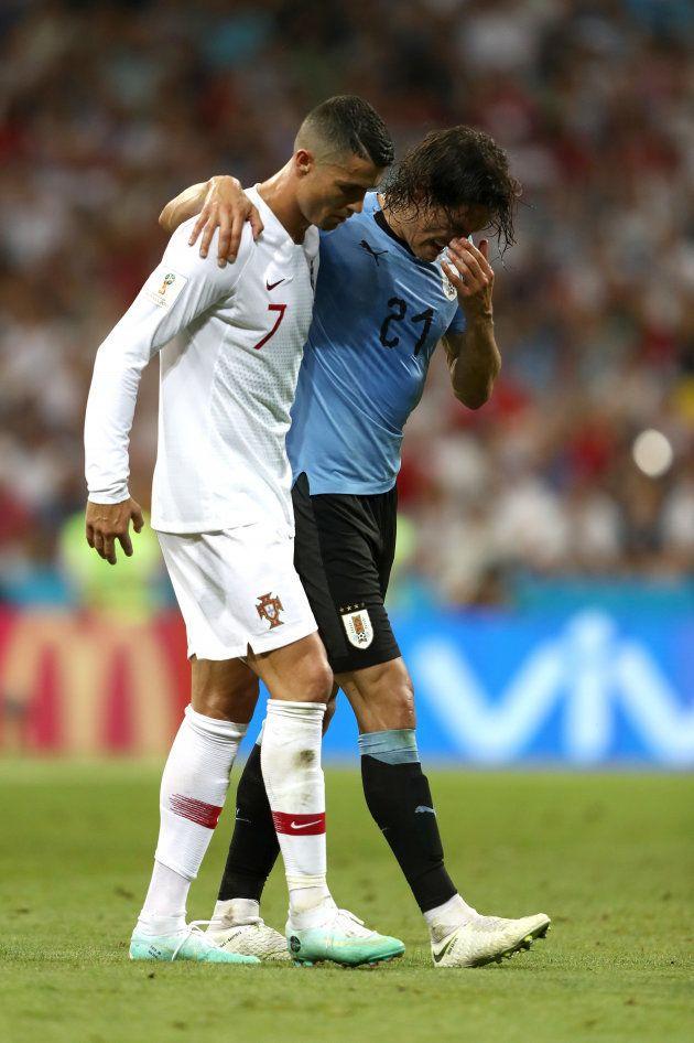 Cristiano Ronaldo deu lição de humildade ao ajudar Cavani, craque do jogo, a deixar o campo após o uruguaio...