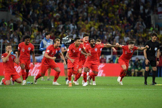 Jogadores ingleses saem em disparada após o término da decisão por pênaltis: Vaga no