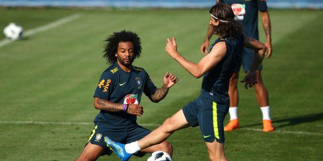 Marcelo (à esquerda) ou Filipe Luis? Tite ainda não definiu qual dos dois será o lateral-esquerdo contra...