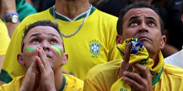 Torcedores assistem ao jogo do Brasil contra a Sérvia em telão em São