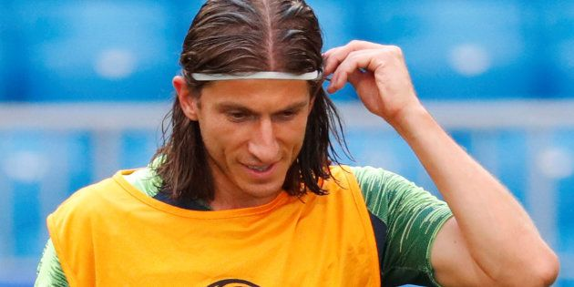 Filipe Luis usa colete amarelo, normalmente entregue aos titulares, e está confirmado para pegar o