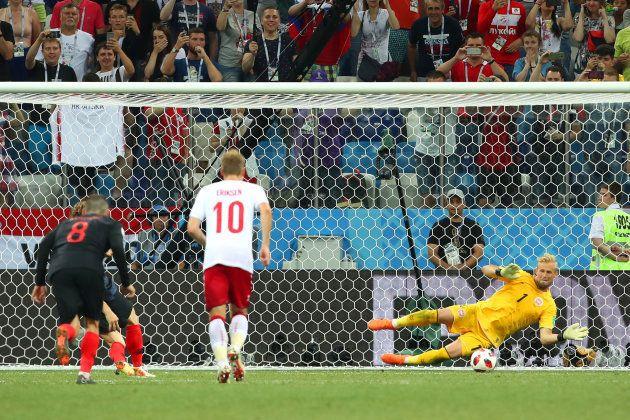 Schmeichel salta para defender pênalti cobrado por Modric na prorrogação e evitar derrota