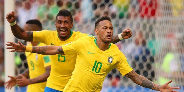 Neymar (10) sai correndo para comemorar seu gol seguido por Paulinho e Gabriel Jesus: após sufoco, classificação...