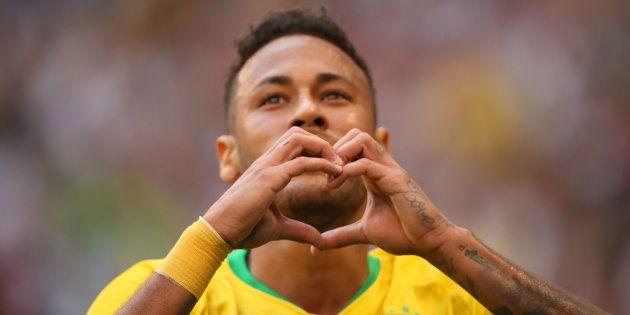 Neymar comemora gol marcado contra o México, seu segundo na Copa da