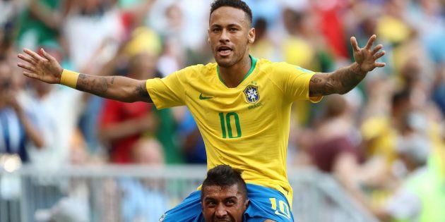 Neymar comemora, nos braços de Paulinho, o gol da vitória: Craque da partida eleito pela