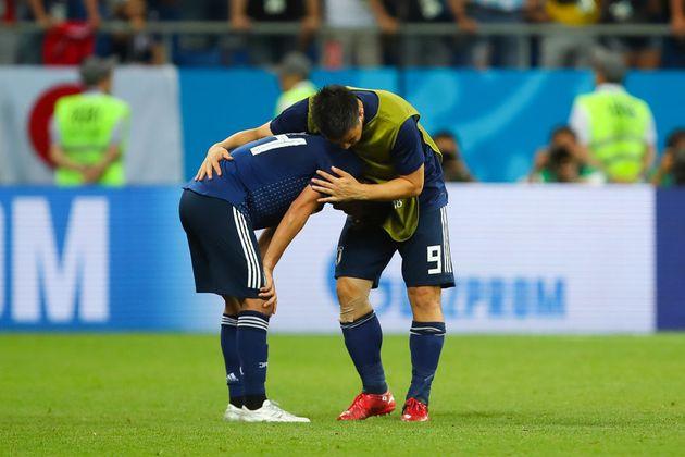 Inui, autor do segundo gol japonês, é consolado após a virada belga e a eliminação de sua